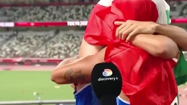 意大利两小哥夺冠后钻进国旗狠狠亲了一口  网友笑称:话筒质量真好!_东京看不停