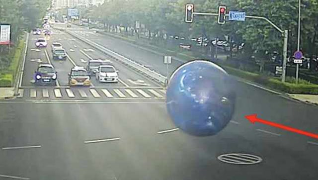 流浪月球!超大氣球失控街頭狂奔,男子一路追