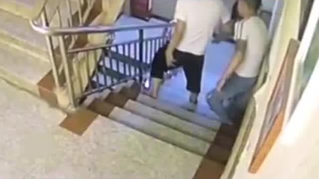 事發前遭拖拽視頻曝光!雲南20歲女子從賓館跳樓 全身20多處骨折