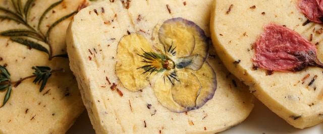 冬天吃一口美麗又酥香的花草曲奇,給你滿滿幸福感。