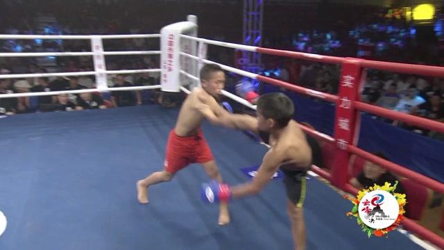13岁少年擂台搏击如猛虎下山 踢打摔拿惊艳全场