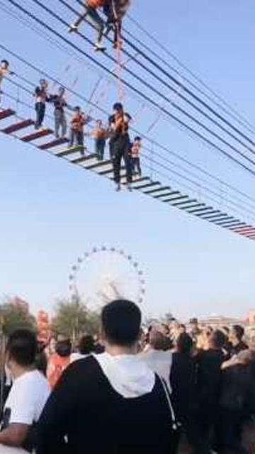 擔心的事終於發生!包頭5遊客玩鐵索橋滑落,懸在半空中