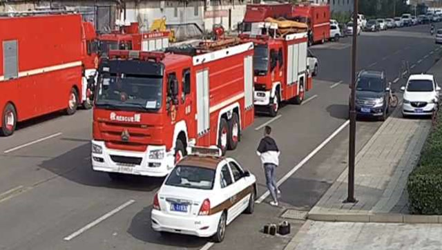 消防員提蛋糕給女友慶生,遇火情跳上消防車就走