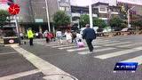 """大方县交警为雨中学生撑起一把""""平安伞"""""""