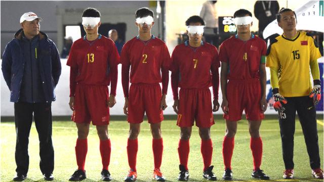 瞎子国足8球狂胜韩国,赛后高唱《我和我的祖国