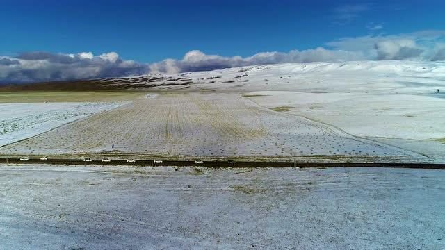 絲路車隊雪後穿越祁連山脈