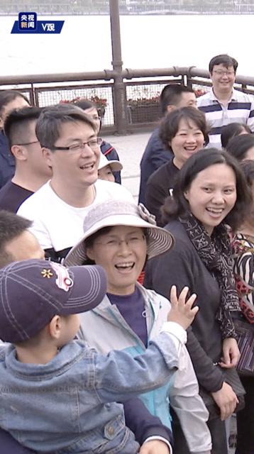 獨家視頻丨上海考察 習近平抱起兩歲半孩童