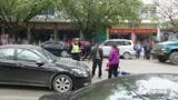 来宾小男孩横穿马路被撞