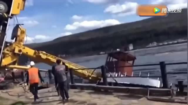 实拍事故画面:吊车不堪重负,直接翻车 (134播放)