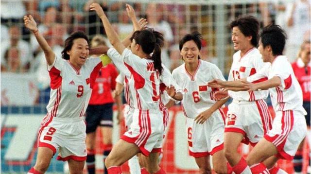 经典回想杀:中国女足巅峰!与美国对轰3球,孙雯大罗式挑射破门