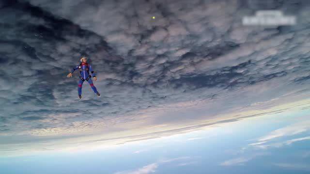 老外万米高空跳伞非但不害怕 还玩起了网球 真的秀!