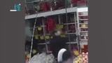 哭笑不得!两男子屡次盗窃水果店低档香烟 只因身高太低够不到好烟