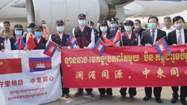 中國專家組馳援柬埔寨 首相洪森直播全過程網友三種語言留言致謝
