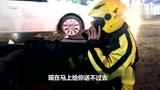 生活不易!外卖小哥被车撞倒 忍着疼痛耐心给客户解释让对方退单