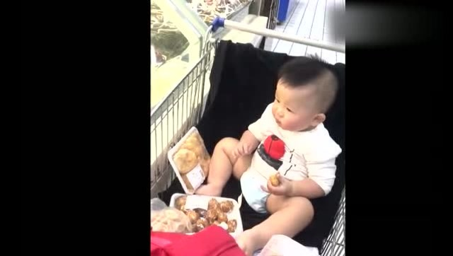 妈妈超市买的东西还没有付钱,接下来宝宝的反应太可爱了