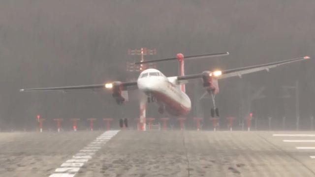 实拍:飞机在大风天气降落机场,摇晃起伏,像风筝一样