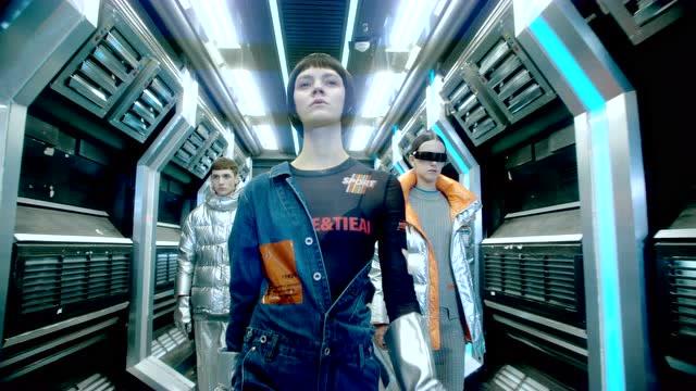 時尚芭莎xU TI聯名設計款一一超時空特工