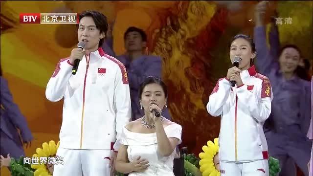 喜迎八方客人!佟健庞清领衔体育健儿演唱冬奥会歌曲《向世界微笑》_全景冰雪