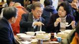 文在寅在京喝豆浆吃油条并问:用手机可以实现所有结算吗?