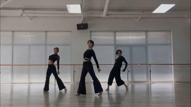 孫莉罕見跳舞誘惑力十足,腰肢柔軟根本看不出是三個孩子媽媽