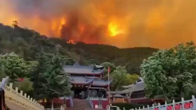 西昌山火出現多處復燃!瀘山火勢燒過山頂威脅光福寺 武警出動