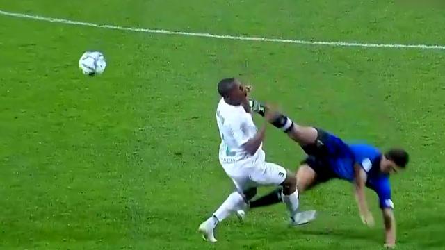 有德容那味道了!卡塔尔联赛惊现残暴飞踹 球员倒地捂着脖子非常痛苦_全景足坛