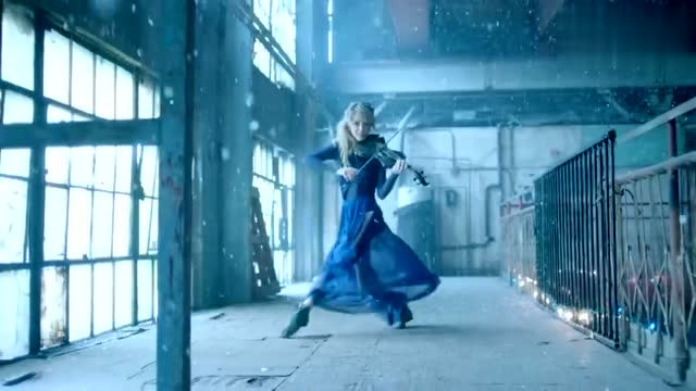 人气小提琴家Lindsey Stirling演奏《卡罗尔的钟声》