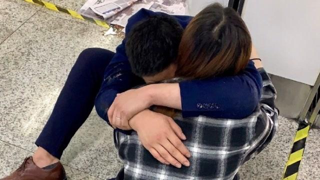 陪客戶喝酒醉倒地鐵站 95後男子坐地抱着妻子流淚:對不起