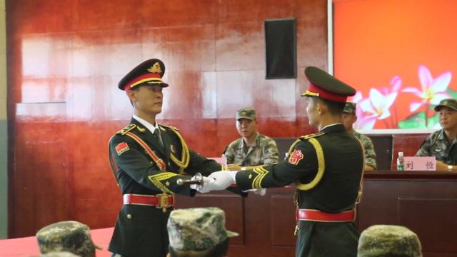 致敬!駐香港部隊三軍儀仗隊完成新老隊長交接 老隊長淚灑現場