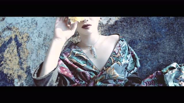 NOWNESS PRESENTS: 穿絲綢的女人