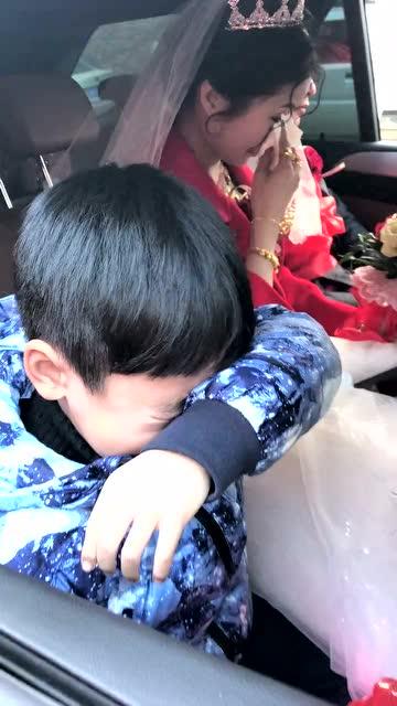 宝宝坐在婚车里抹眼泪,新娘也忍不住哭起来,最后一幕图片