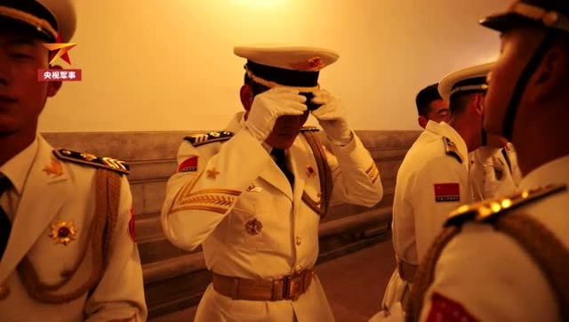 淚目!爲閱兵延遲退伍,這是他們離開前最後一次升旗