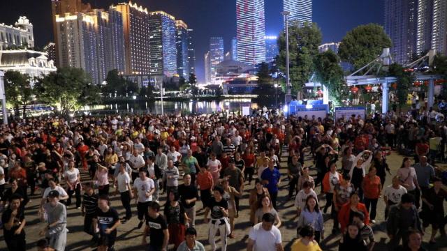 場面火爆!亞洲最大小區千人跳廣場舞 有人8個月減47斤