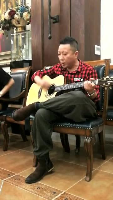 导演东方骏携LEGPAP吉他弹唱《跟往事干杯》