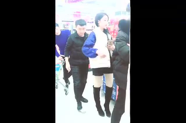 美女在商场不小心东西掉了,小伙竟然这样帮忙,太逗了_神马电影午夜