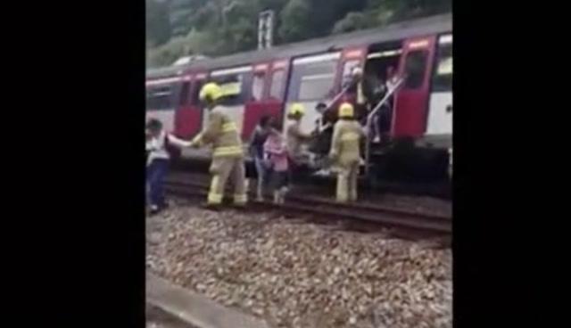 暴徒投擲雜物逼停港鐵,乘客只能在鐵軌上步行