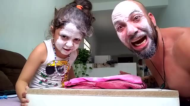 爸爸跟女兒一起玩石頭剪刀布,輸的人要接受懲罰,是親爹沒錯了
