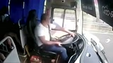 大巴车内所有人不系安全带,突然发生车祸,后果不忍直视