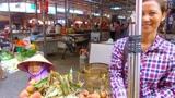 在云南河口,很多越南女人早上入境中国卖东西,下午回国非常辛苦