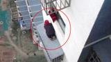 80岁老人被困19层窗外命悬一线 消防员高空救援