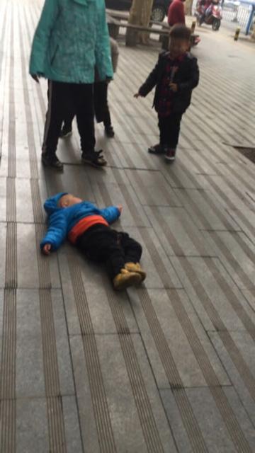 谁家的坏孩子躺地下了