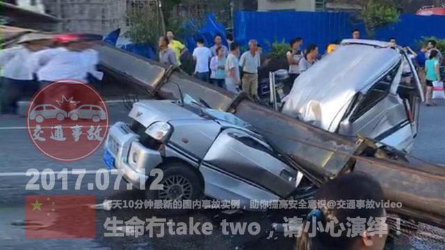 交通事故合集:大型吊车翻车路过面包车无辜被压 (149播放)