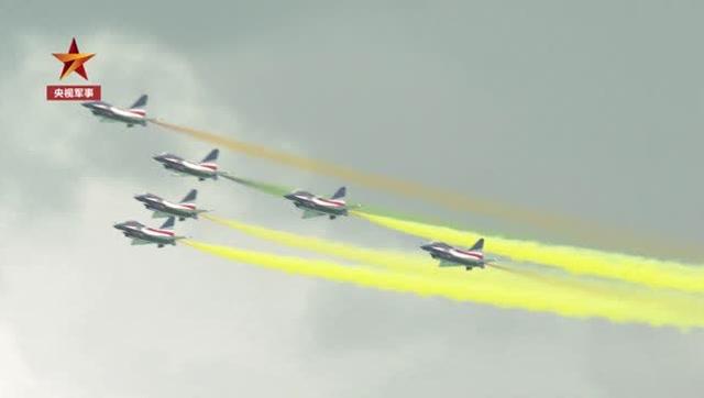 新加坡航展開幕  空軍八一飛行表演隊雨中翱翔