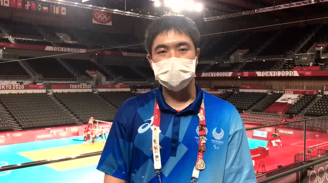 【独家视频】奥运排球播音小哥再揭秘:为啥选择《阳光总在风雨后》?_东京看不停