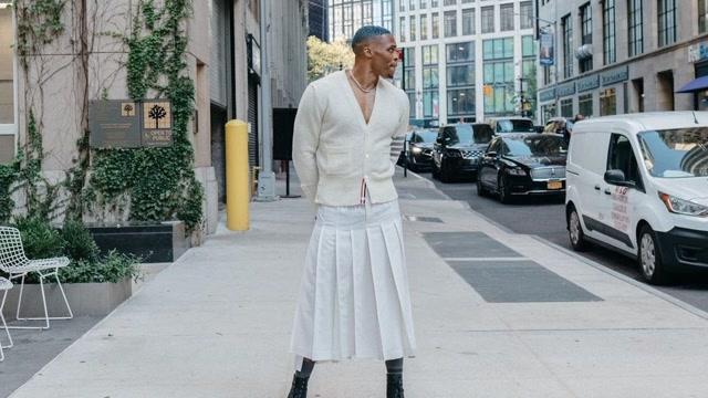 雷人造型!威少穿白色裙子上街太浮夸,球迷直呼辣眼睛_全景NBA