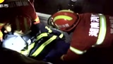实拍安装工夜晚高空作业不慎从5楼坠落 消防破拆玻璃幕墙生死救援