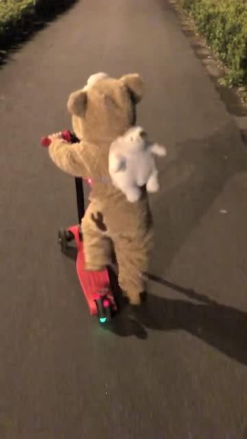 好可爱的熊孩子呀,蹦跶的好快!