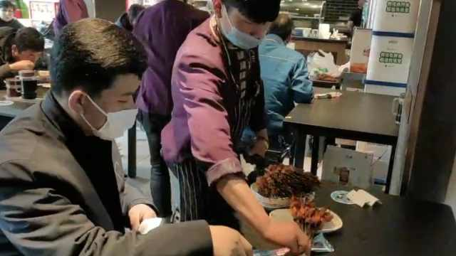 蘭州一烤串店復工一天賣6千串:一食客站着狂吃40串