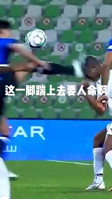 直接往脸上踹啊!卡塔尔联赛开场40秒惊现粗暴犯规,一记恶劣飞踹导致对手痛苦倒地,连声惨叫。