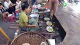 缅甸市场喧闹的早晨,一个摆摊卖早点的女人!